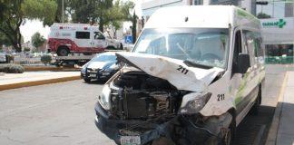 Chocan ambulancia y alimentadora de tuzobús