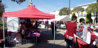 Madres solteras festejan su día vendiendo en Plaza Constitución