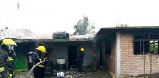 Muere persona en incendio de vivienda que almacenaba huachicol