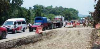 Bloqueo provoca paro en obra carretera de Tehuetla - Huejutla